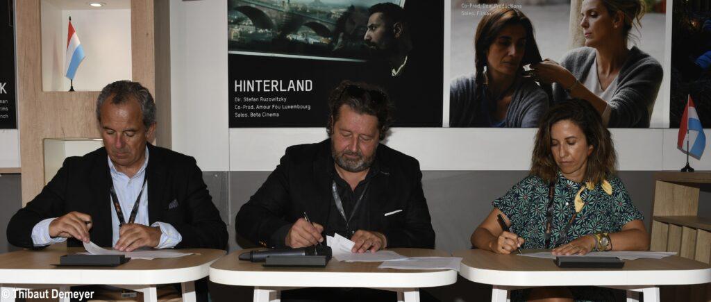 signature de l'accord (à gauche le Président du Fonds audiovisuel portugais Monsieur Luis Chaby Vaz ; au centre Monsieur Guy Daleiden, directeur du Film Fund Luxembourg et à droite la Vice-Présidente du Fonds audiovisuel portugais Madame Maria Mineiro.