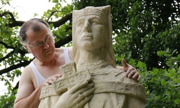 statue de saint Arnould à  Bouillon